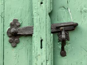 old-door-s-latch-1532042-1279x957